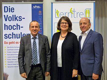 Weiterbildungsminister Prof. Dr. Konrad Wolf beim Besuch des Selbstlernzentrums Trier